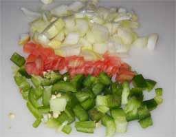смешать мелко нарезанные помидор и лук