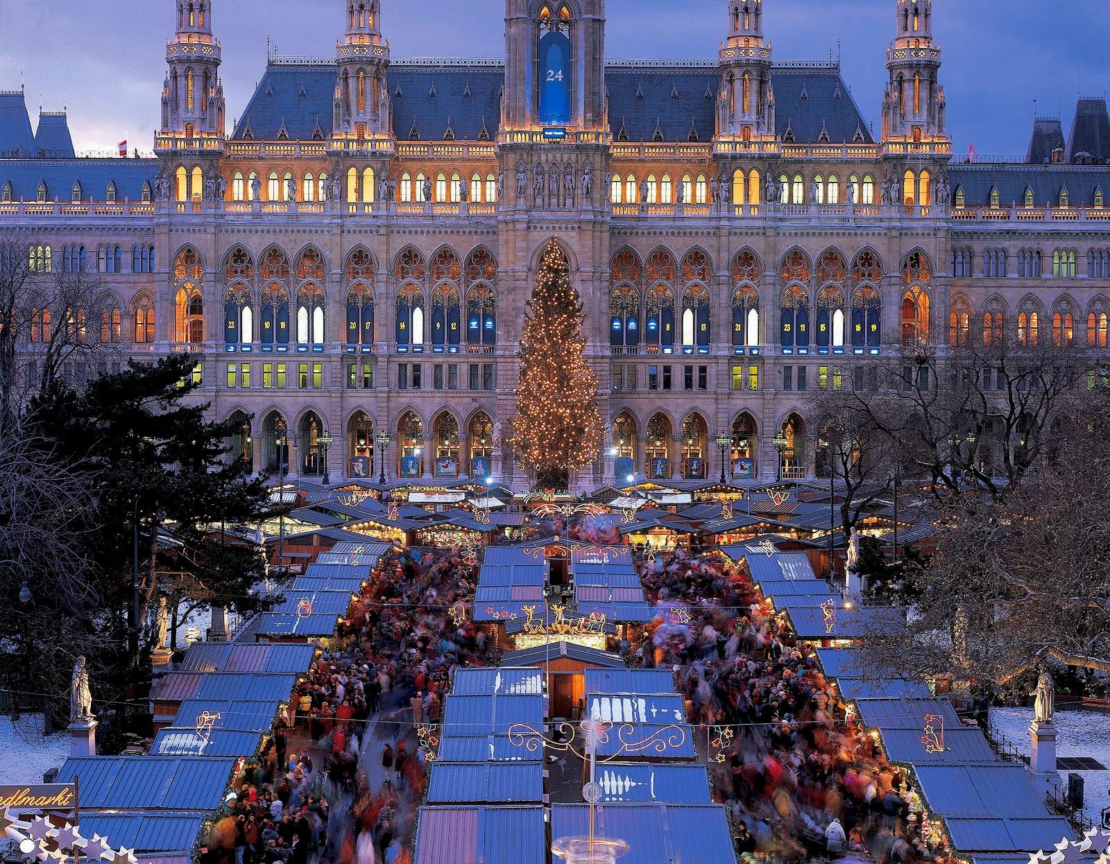 Austrija Christmas+Market+in+front+of+the+Vienna+City+Hall+(c)+Austrian+Tourist+Office