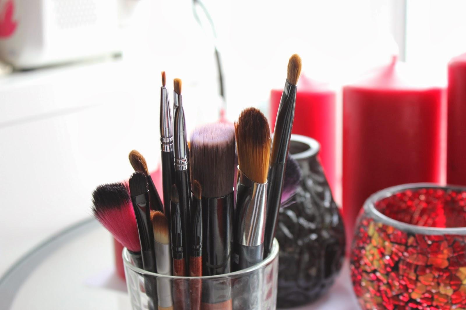 Стакан с кистями для макияжа