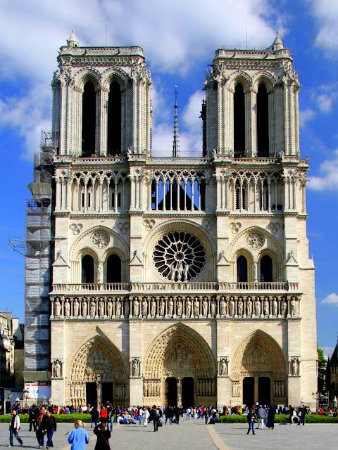 Fotografia com a visão frontal da Catedral de Notre-Dame.