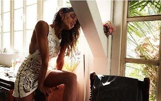 """Raica Oliveira mostrou uma foto em que aparece nua e cobriu os seios com o desenho de uma florzinha. O registro foi postado em seu perfil no Instagram nesta quinta-feira, 23. """"Nova foto para o livro do Jairo Goldflus"""", escreveu a modelo na legenda da publicação. Recentemente a top - que já foi namorada de Ronaldo Fenômeno - posou para uma revista francesa exibindo suas curvas."""