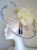 Pamela con topos negros, y flor...una pamela muy elegante donde las haya