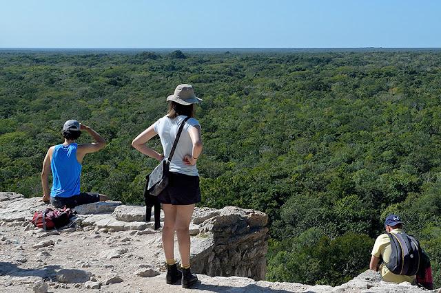 Gens qui contemplent l'horizon au sommet de la pyramide Nohoch Mul à Cobá
