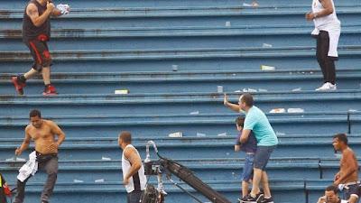 Em meio a briga de torcidas de Atlético-PR e Vasco, cena de pai protegendo filho choca o mundo