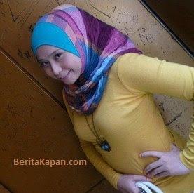 Gadis Cantik Menggunakan Hijab Pashmina Simple