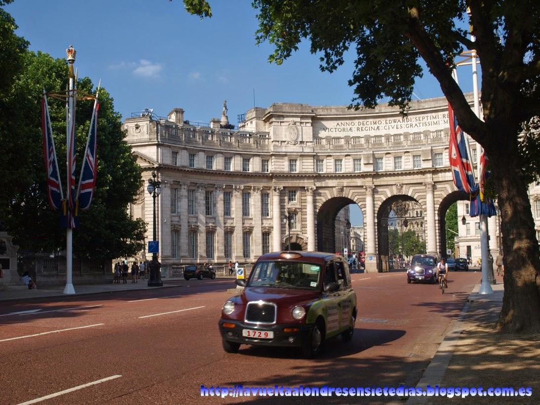 Taxi de Londres con el número 1729 en la matrícula