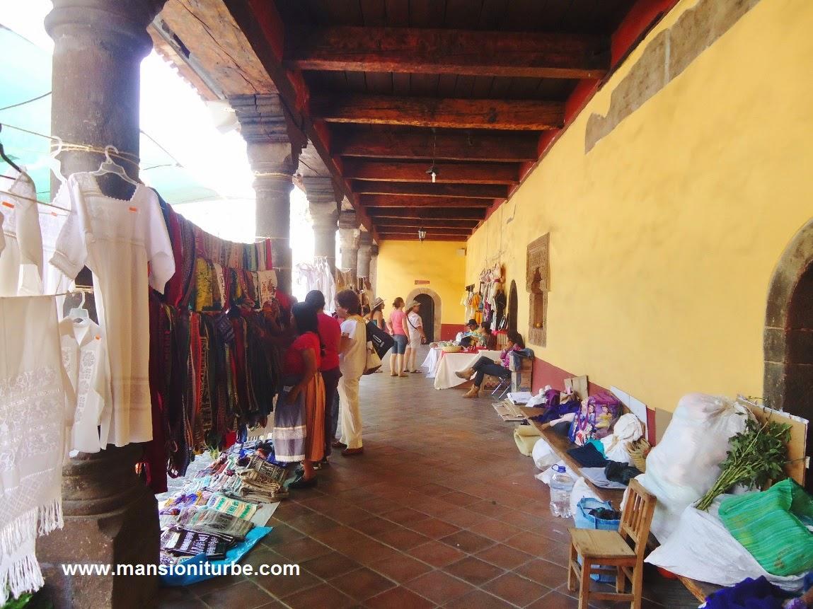 Venta de Artesanía Textil en Uruapan en la Huatápera durante el Domingo de Ramos