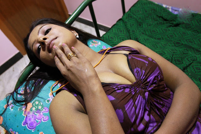 Hot Real Life Aunty Cleavage Pics