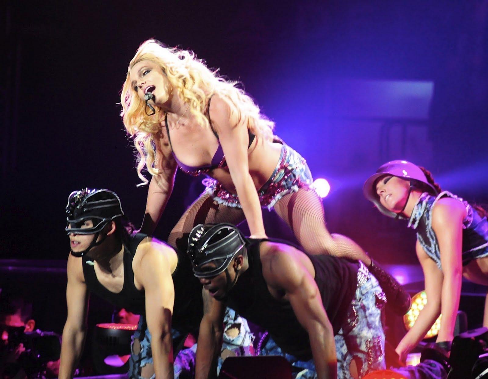 http://4.bp.blogspot.com/--TaYltNuPL8/TipM0kzhR_I/AAAAAAAADsI/5RvroEX9U-w/s1600/-Femme-Fatale-Tour-in-Los-Angeles-britney-spears-23098777-2060-1600.jpg
