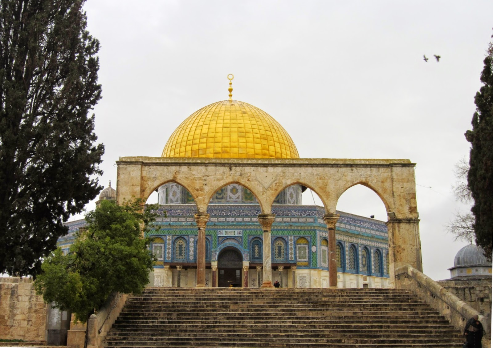 View of Dome of the Rock through arched gates / Souvenir Chronicles