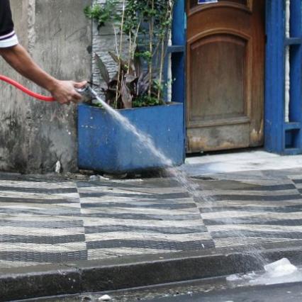 Jovens passam o dia circulando de motos pelas vielas estreitas do bairro, chamando a atenção de quem é flagrado lavando calçada ou veículo