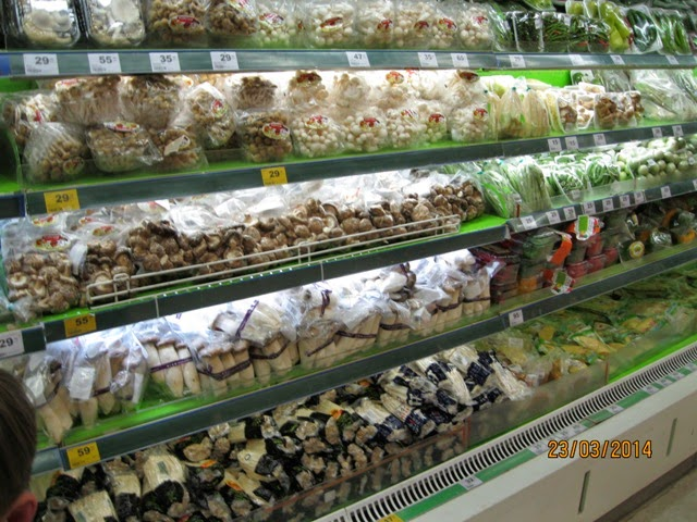 грибы на прилавках супермаркета в Тайланде