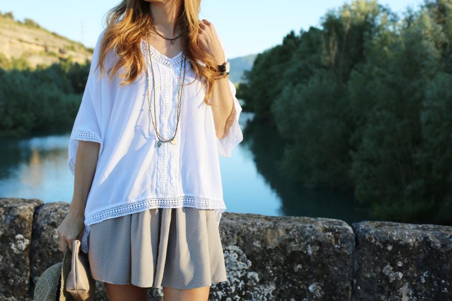 Falda de lunares y blusa blanca