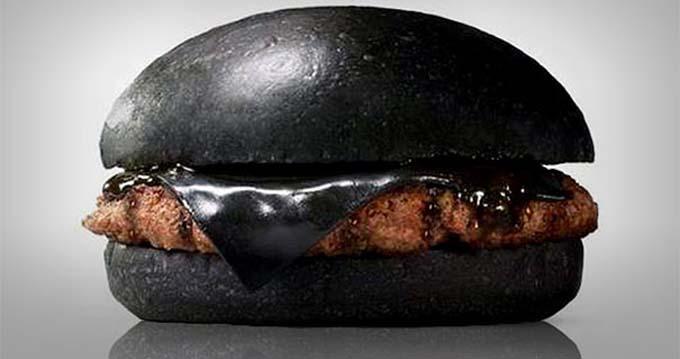 Burger Kings de Japón vende hamburguesas negras coloreadas con carbón de bambú y tinta de calamar