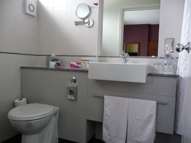 Room's bathroom at Crowne Plaza Hotel in London Gatwick - (United Kingdom)