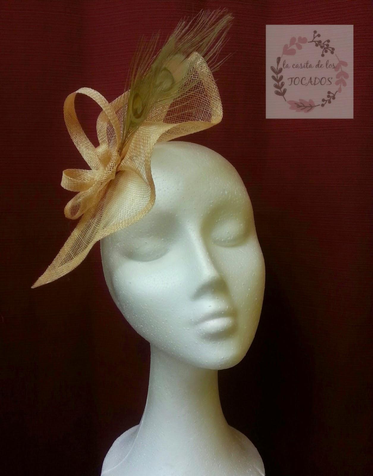 tocado en color dorado con plumas para boda, sencillo y original