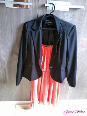 Vestido salmão, blazer e sapatilha