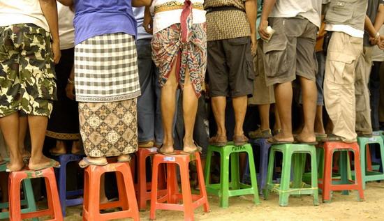 Kurangi waktu berdiri dan duduk salah satu cara alami mengatasi varises