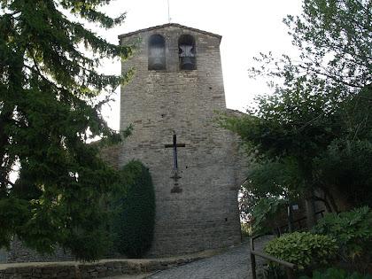 Façana de ponent de l'església parroquial de Sant Cristòfol de Tavertet, amb la finestra en forma de creu i el campanar