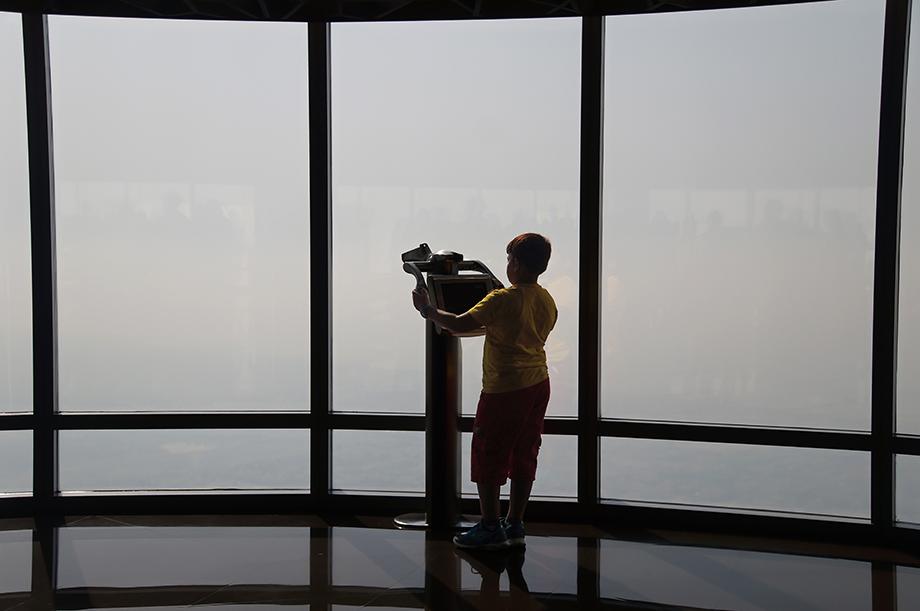 Ynas Reise BLog | VAE | Junge blickt aus dem Burj Khalifa