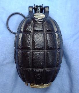 أسلحة سميت على أسماء مخترعيها 6WW1_British_1916_No_5_Mills_Bomb_Grenade