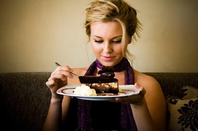 woman-eatin-cake-Women Gain Weight After Marriage, Men After Divorce - girl diet fitness