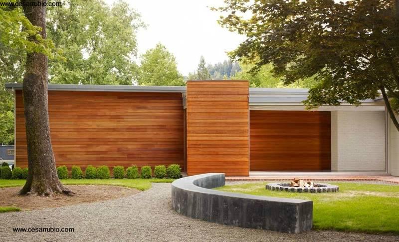 Arquitectura de casas fachada de madera en casa moderna for Puertas de madera para cochera