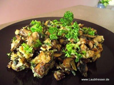 veganer Pilz-Schmarrn mit Lauchzwiebeln und Räuchertofu