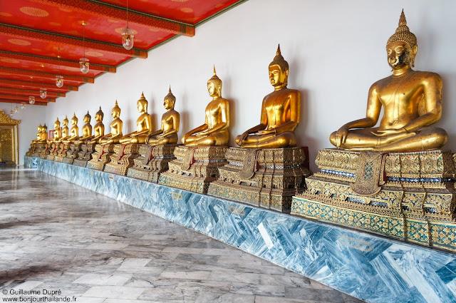 Rangée de Buddhas au Grand palais de Bangkok