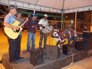 Música ao vivo animou expositores e visitantes que passavam pela Feirinha no final de semana, à noite