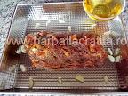 Cotlet de porc la cuptor cu vin preparare reteta - punem carnea in tava si turnam vinul