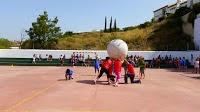 http://juegoenelpatio.blogspot.com.es/2015/05/kin-ball-adaptado.html