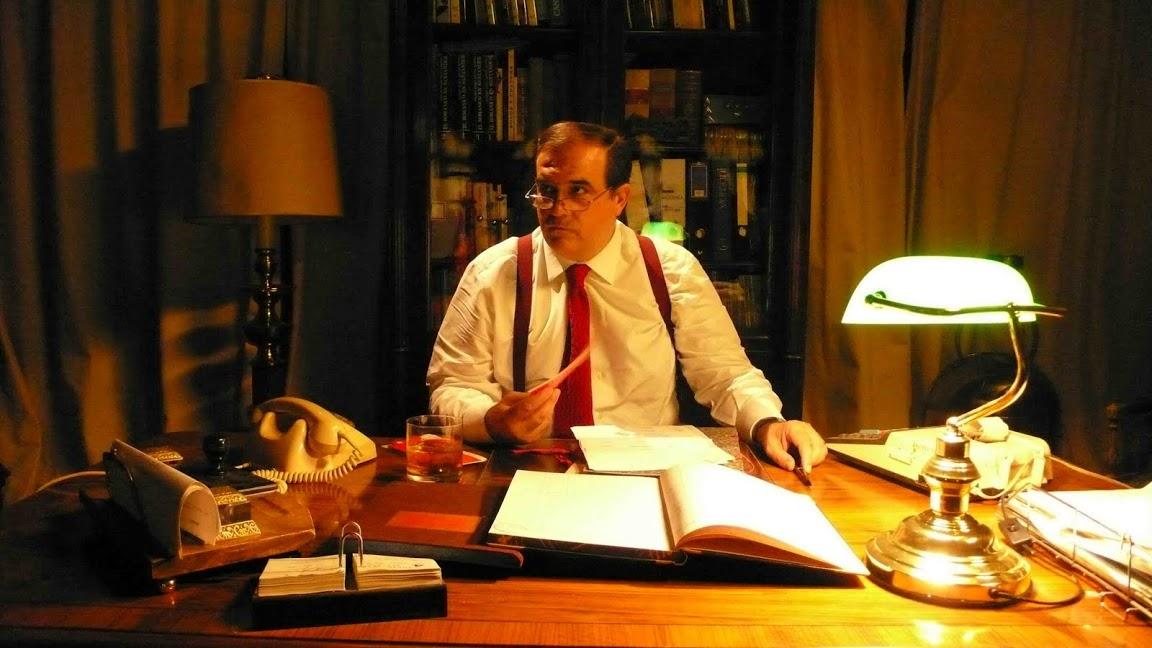 fotograma con el administrador de los Urquijo en su despacho. en la imagen se potencian los tonos cálidos