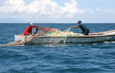 Pescadores con redes en un bote