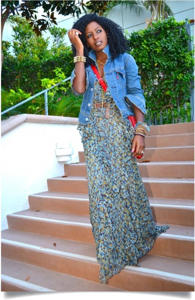 Vestido longo floral com jaqueta jeans
