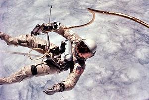 la primera persona en salir de una nave espacial