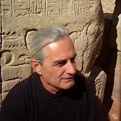 Fotografía de Hughes de Courson, autor de Lux obscura: un projet electro-medieval, en Egipto