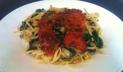 pasta con espinacas y rodajas de tomate