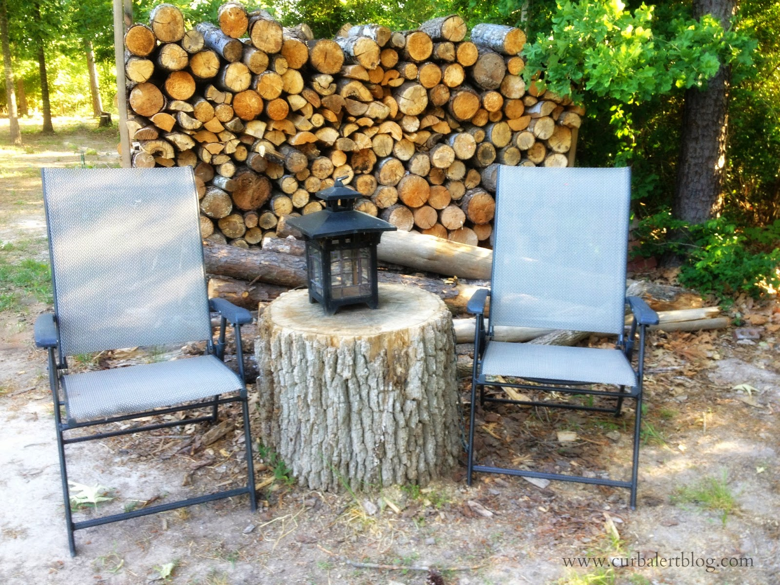 Welcome to Our Woods! sitting area with Patriotic Pallet American Flag via Curb Alert! www.curbalertblog.com