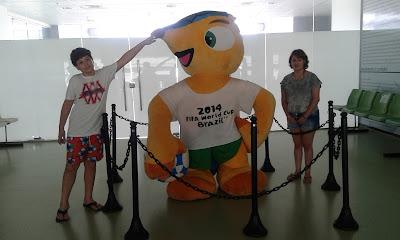 Fuleco - mascote da Copa do Mundo no Brasil exposto na Arena Castelão, em Fortaleza