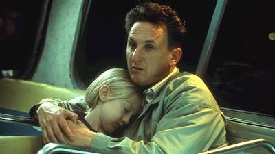 Sam abraza a su hija, que duerme.
