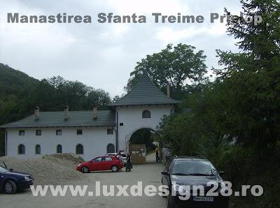 La intrarea in manastirea Sfanta Treime de la Prislop