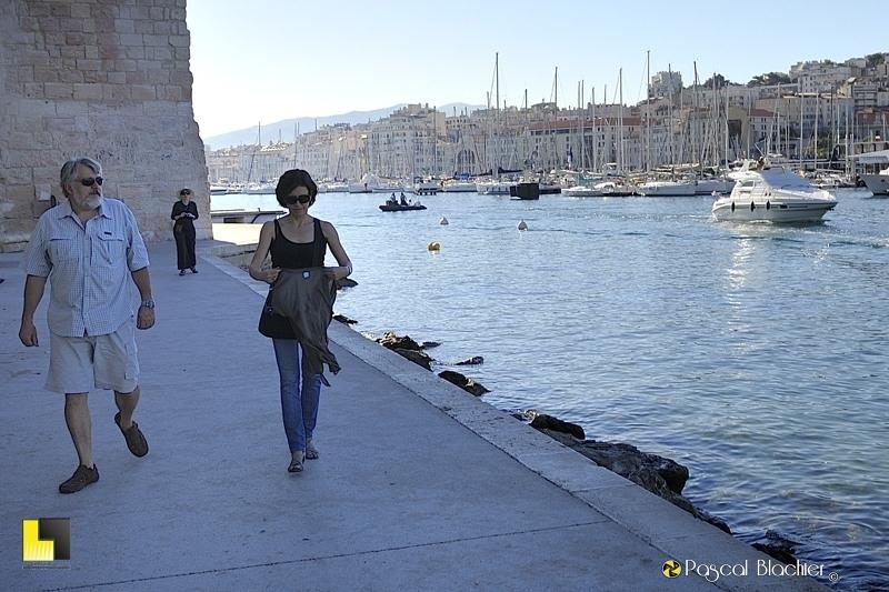 Alain, Valérie et Sylvie Blachier à l'ombre du fort saint jean à Marseille photo blachier pascal