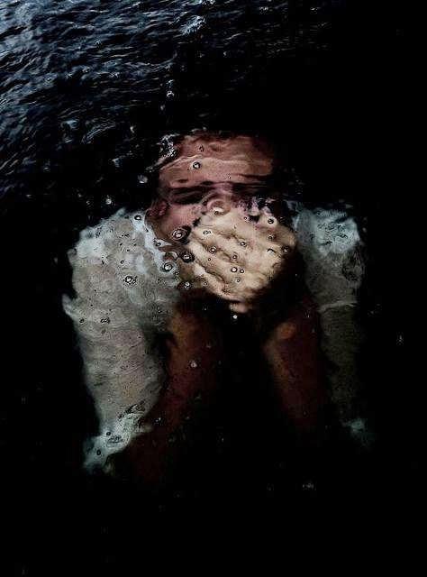 Η ιστορία της σκιάς. Πνίγομαι. Θλίψη. Αλλαγή Λύτρωση