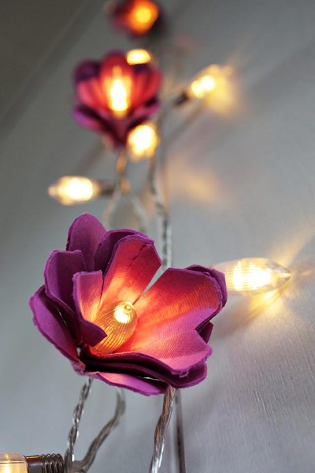 http://ayudaadecorar.blogspot.com.es/2013/09/diyuna-guirnalda-con-flores-hechas-con.html