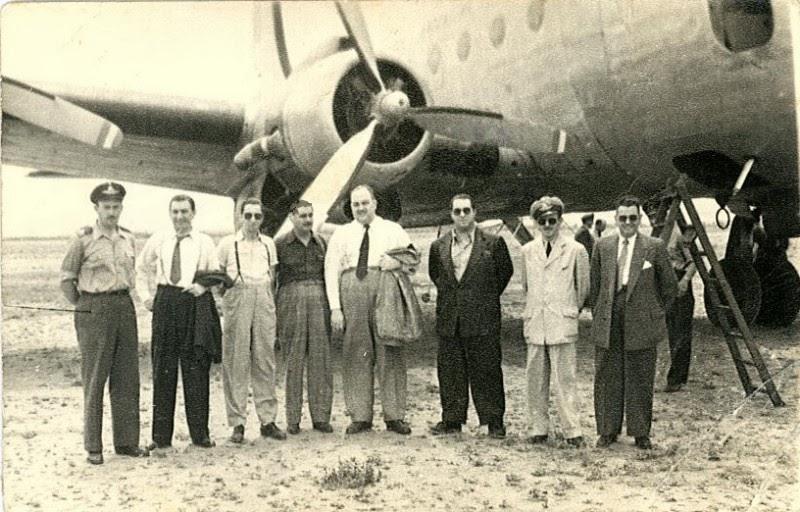 Héctor y su jazz en una gira, delante de un ala del avión