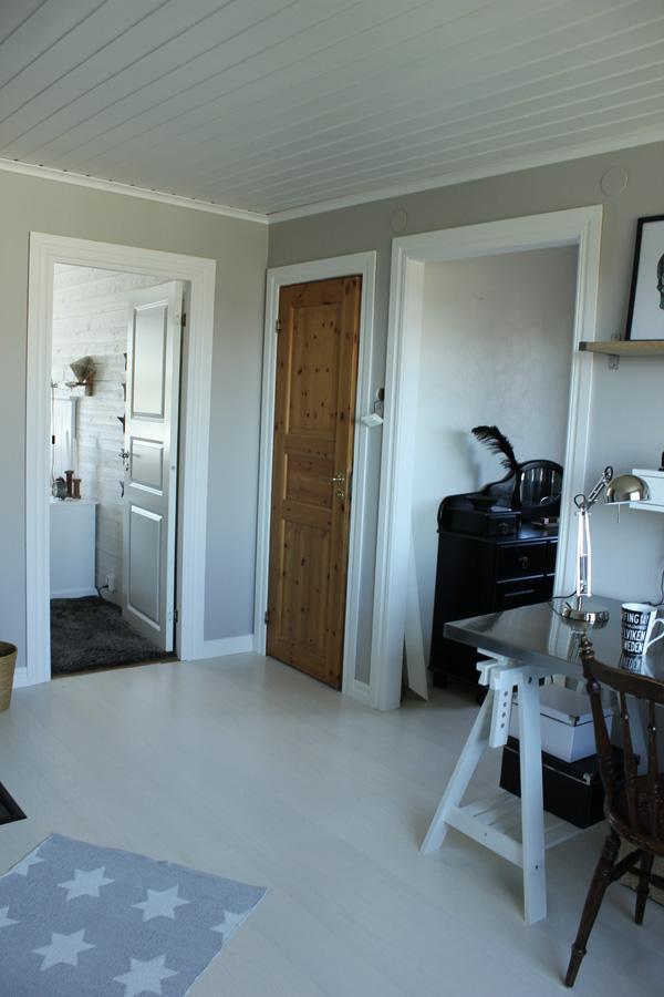 före och efterbilder på renovering av övervåningen och arbetsrummet, kontor, arbetsrum, vitt golv, vita dörrar, spegeldörr, renovera övervåningen,