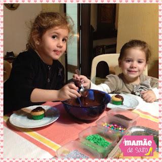 Sophia e sua amiga Mari fazendo cupcake blog Mamãe de Salto ==> todos os direitos reservados