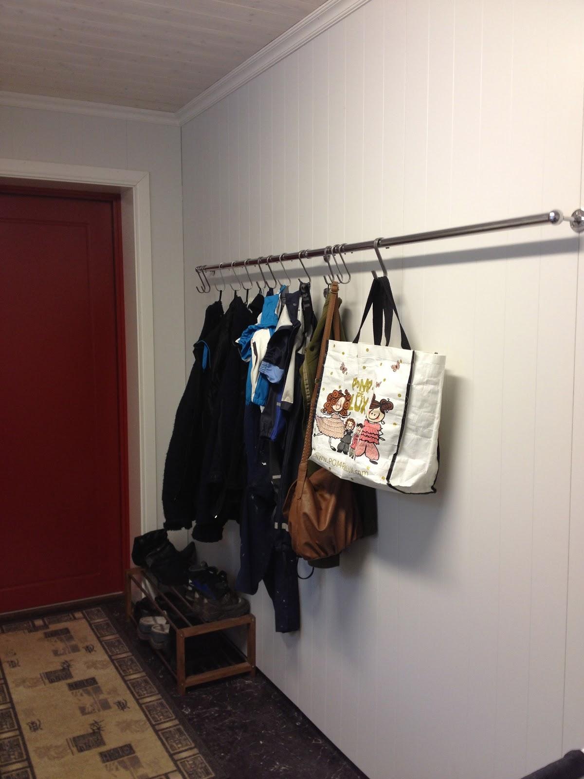 Garderobestang vegg til vegg materialvalg for baderomsm bler for Garderobe querstange