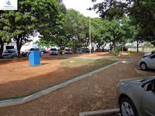 Praça com reforma inacabada.